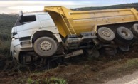Bursa'da kamyon devrildi! Faciadan dönüldü