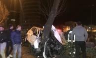 Bursa#039;da feci kaza! Ağaca saplandı