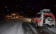 Yolu kar ve tipiden kapanan köydeki hasta kurtarıldı