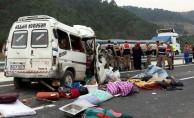 Kamyon ile minibüs çarpıştı: 8 kişi öldü, 8 kişi yaralandı
