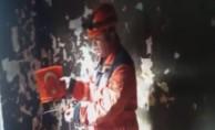 Kül olan evde yanmayan Türk Bayrağı itfaiyecileri şoke etti