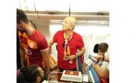 Uçakta şampiyonluk pastası