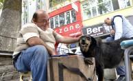 Kazancını sahiplendiği köpeğiyle paylaşıyor
