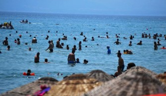 Bayram tatilinin son gününde plajlarda yoğunluk