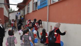 Gönüllü öğrenciler okul boyadı