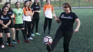 CHP'li Cankurtaran kadın futbolcularla maça çıktı
