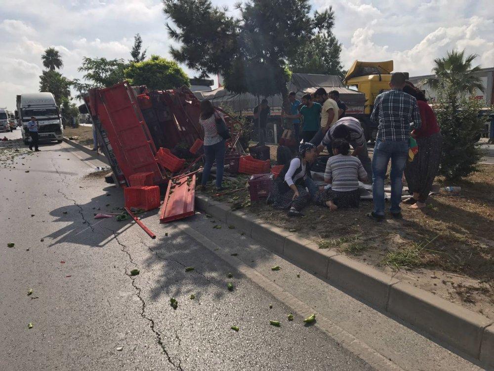 Mersin'de tarım işçilerini taşıyan kamyonet TIR'a çarptı: 3 kişi hayatını kaybetti