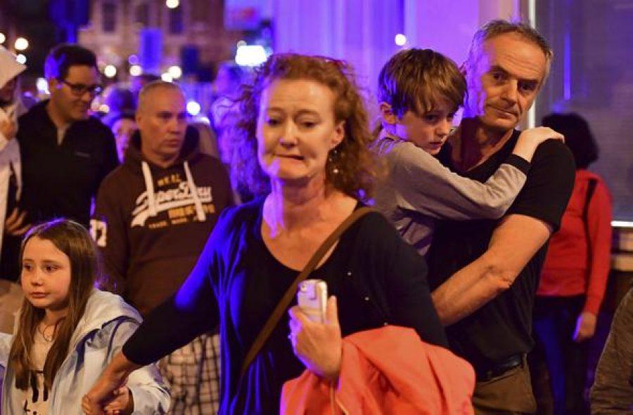 Londra'da minibüs kalabalığa daldı