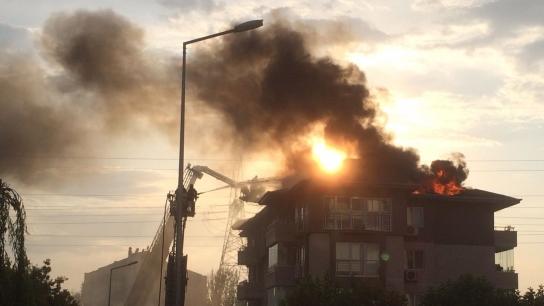 Bursa'da 5 katlı binanın çatısı alev alev yandı