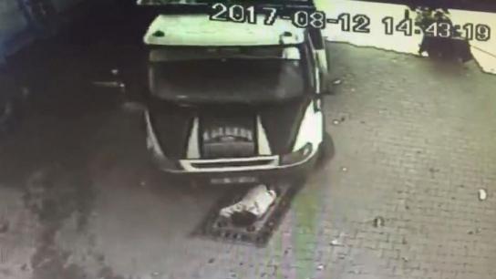 Uyurken üzerinden kamyonet geçti, güvenlik kameraları kayıttaydı