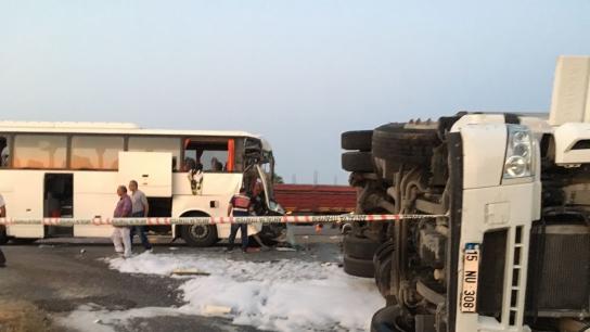 Alanya'da tur otobüsü ile tır çarpıştı: 1 ölü, 11 yaralı