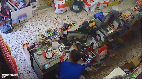 Güpegündüz kırtasiyeden hırsızlık yaparken kameralara yakalandı