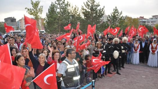 Tiflis'ten gelen ilk BTK Hattı trenine Kars'ta coşkulu konuşma
