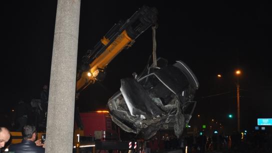 Bursa'da otomobil alt geçit inşaatına uçtu: 4 yaralı