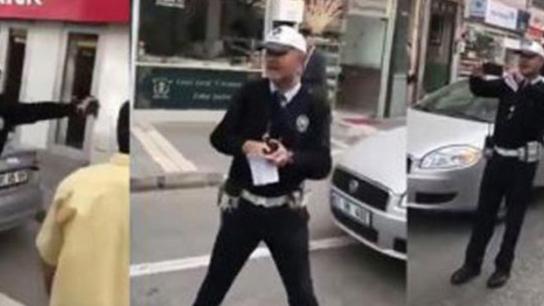 Trafik polisi cezayı kesti ama herkesi de güldürdü
