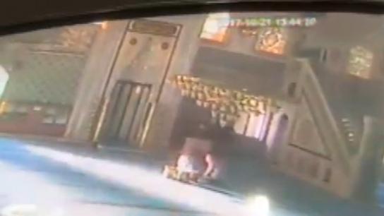 Cami kundakçısı güvenlik kamerasına takıldı