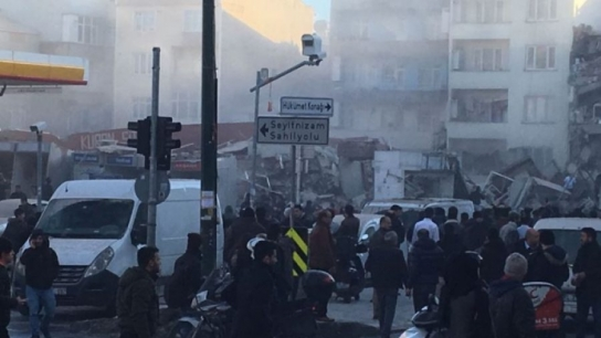 Zeytinburnu'ndaki bina böyle çöktü