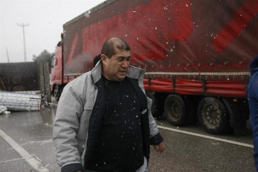 Bursa'da alüminyum yüklü kamyon devrildi