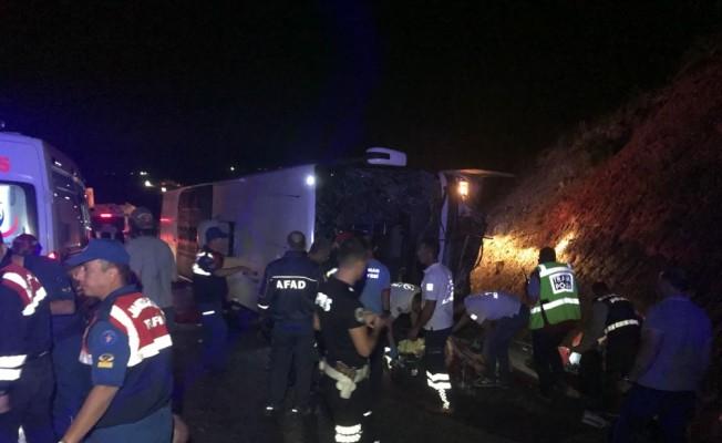 Yolcu otobüsü devrildi: 3 ölü, 20 yaralı