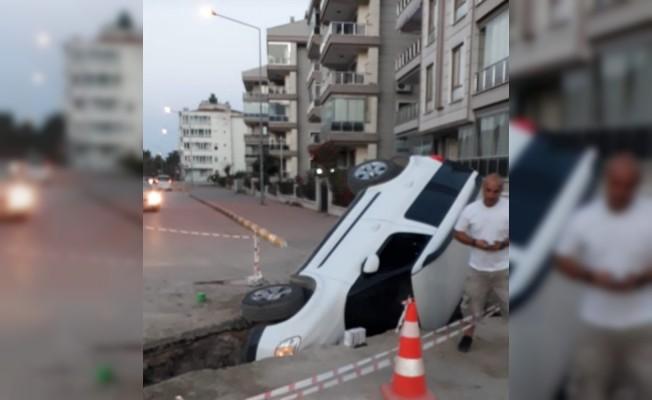 Erdek'de otomobil çukura düştü