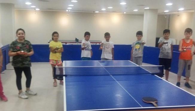 Gençler, tatillerini masa tenisi yaz spor okullarında geçiriyor