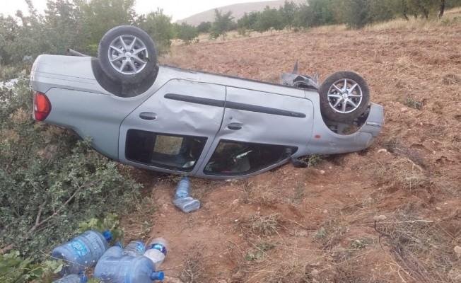 Mıcır yüzünden araç takla attı: 2 yaralı