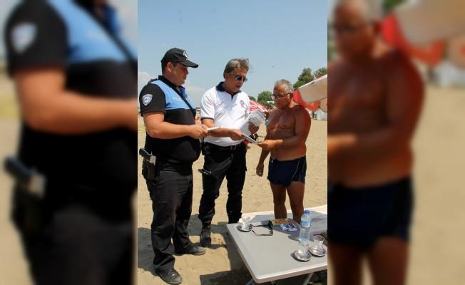 Vatandaş yüzdü, polis bilgilendirdi