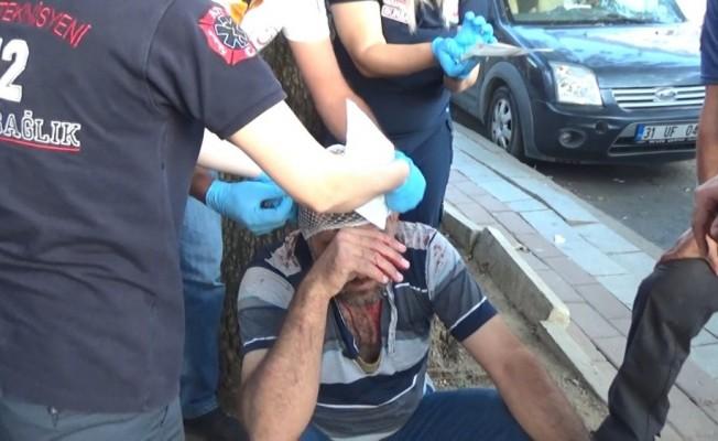 Amca çocukları şehrin göbeğinde sandalye ve sopalarla birbirine saldırdı