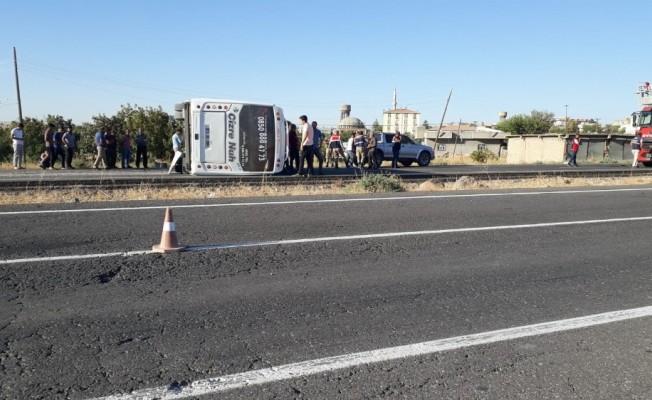 Cizre'de yolcu midibüsü devrildi: 17 yaralı