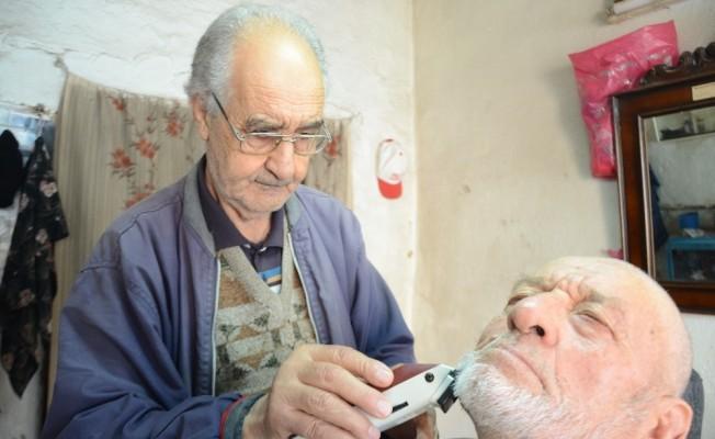 65 yıldır ekmeğini tıraş yaparak kazanıyor