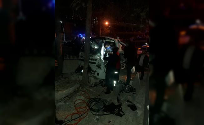 Gümüşhane'de kamyonet mezarlık duvarına çarptı: 6 yaralı