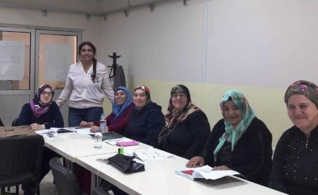 İzmitli kadınlar okuma yazma öğreniyor