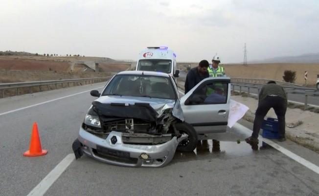 Otomobil bariyerlere çarptı: Anne ve 2 çocuğu yaralandı