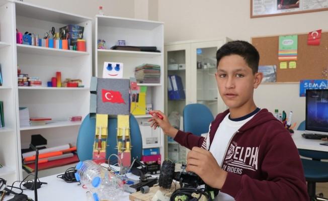 (Özel Haber) Savaş mağduru Suriyeli Ahmet'in tasarımları görenleri şaşırtıyor