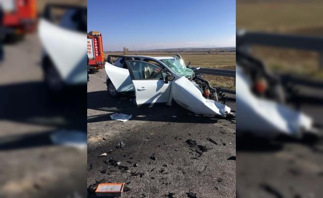 Erzurum'da otomobil tırla çarpıştı: 3 ölü, 1 yaralı