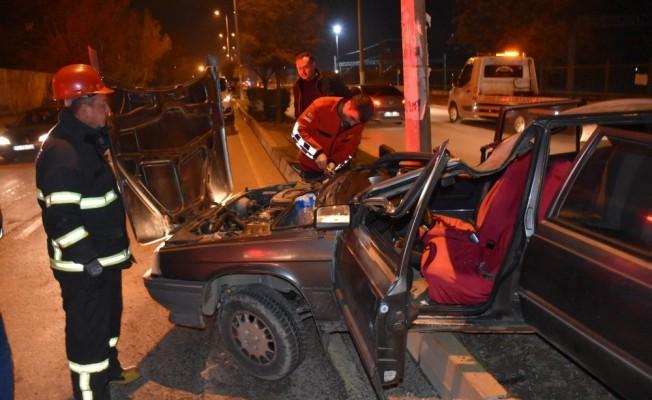 Kontrolden çıkan otomobil aydınlatma direğine çarptı