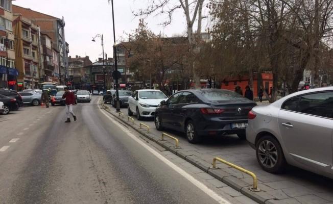Araçlar kaldırıma park edilince yayalar yoldan yürüdü