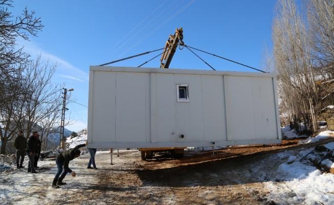 Duvarlı evde kalamayan yaşlı adam yeni konteyner evine kavuştu