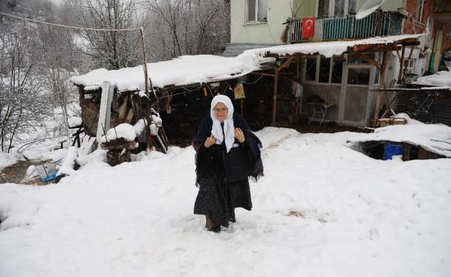 (Özel) 85 yaşında...Okuma öğrenmek için kar kış demiyor her gün 2 kilometre yürüyor