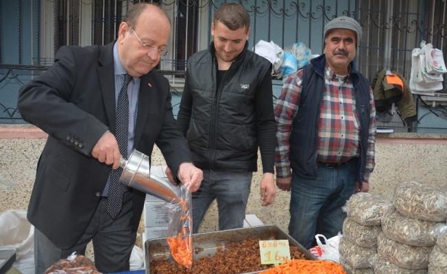 Başkan Özakcan pazar tezgahının başına geçti