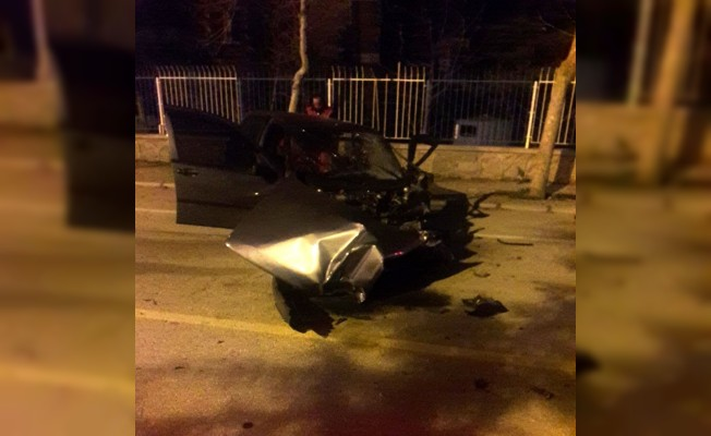 Alkollü sürücü kaza yaptığı otomobilde sıkıştı