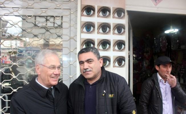 Başkan Acar'a esnaflardan çiçekli karşılama