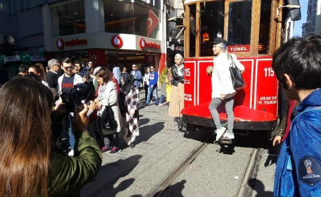 Binali Yıldırım İstiklal Caddesi'nde tramvayla karanfil dağıttı