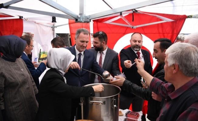 İnegöl Belediyesi vatandaşlara üzüm hoşafı, buğday çorbası ve ekmek dağıttı