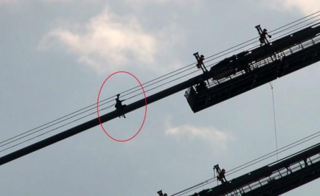 15 Temmuz Şehitler Köprüsü'nde halata tırmanan şahıs ikna edilerek indirildi