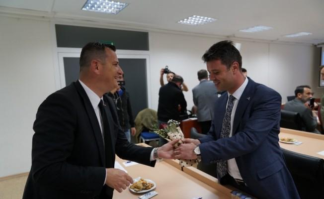 CHP'li başkandan MHP ve AK Parti'li üyelere çiçekli karşılama