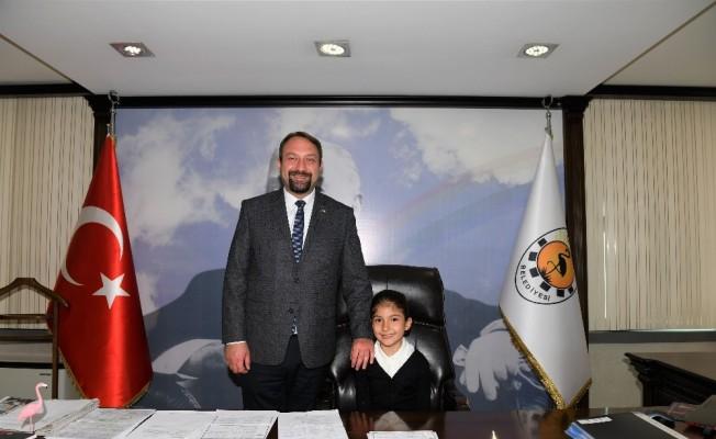 Çiğli Belediye Başkanlığı koltuğuna minik Ecem oturdu