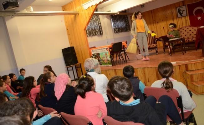"""Erzincan'da  """"Okulda Tiyatro Var"""" etkinliği ile binlerce öğrenci tiyatro izledi"""