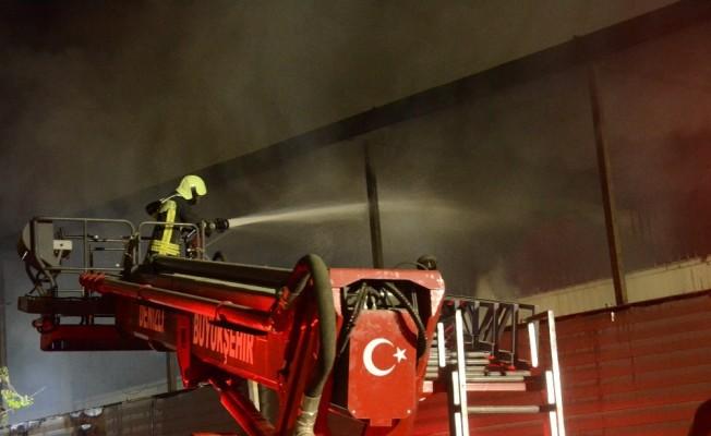 Kumaş katlama fabrikası alev alev yandı