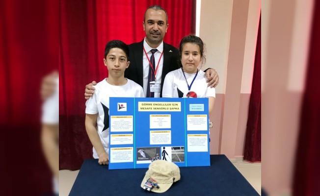 Ortaokul öğrencileri görme engelliler için titreşimli şapka yaptı